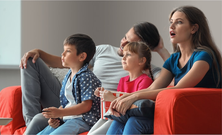 Familia viendo películas